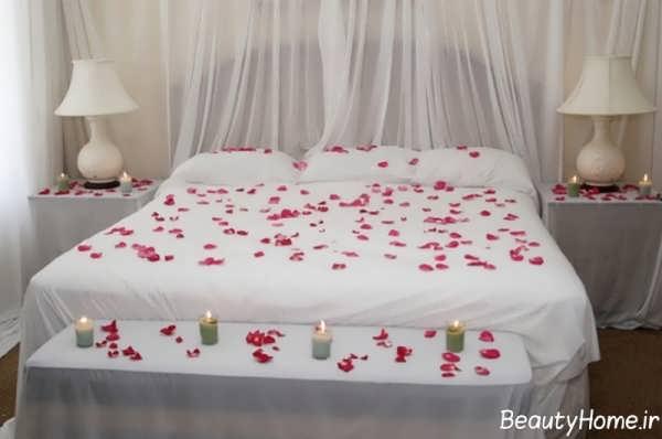 تزیین زیبا تختخواب عروس با گلبرگ و شمع