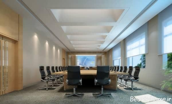 چیدمان میز و صندلی ها در درون محیط اداری