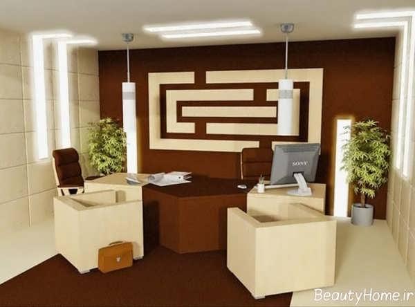 دکوراسیون کرم و قهوه ای دفتر کار کوچک