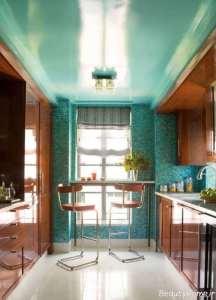 آشپزخانه آبی و قهوه ای کوچک آپارتمانی