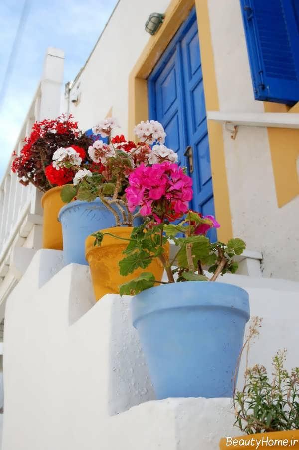 تزیین کردن راه پله با گلدان های رنگی و زیبا