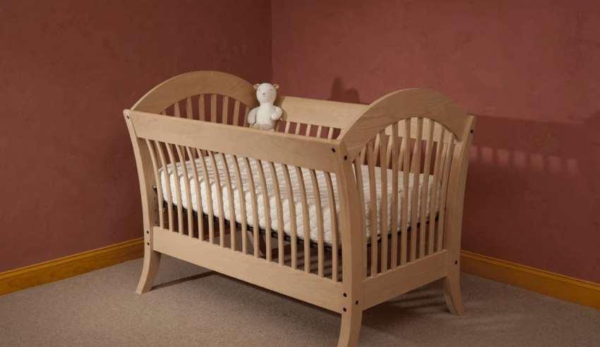 طراحی شیک تخت خواب چوبی نوزاد