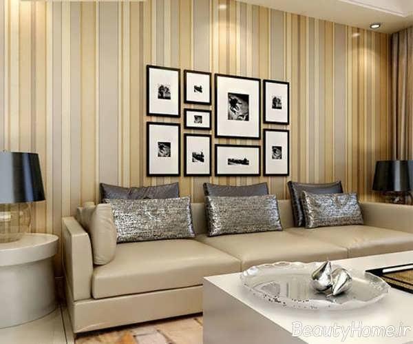 طراحی جذاب اتاق پذیرایی با کاغذ دیواری راه راه