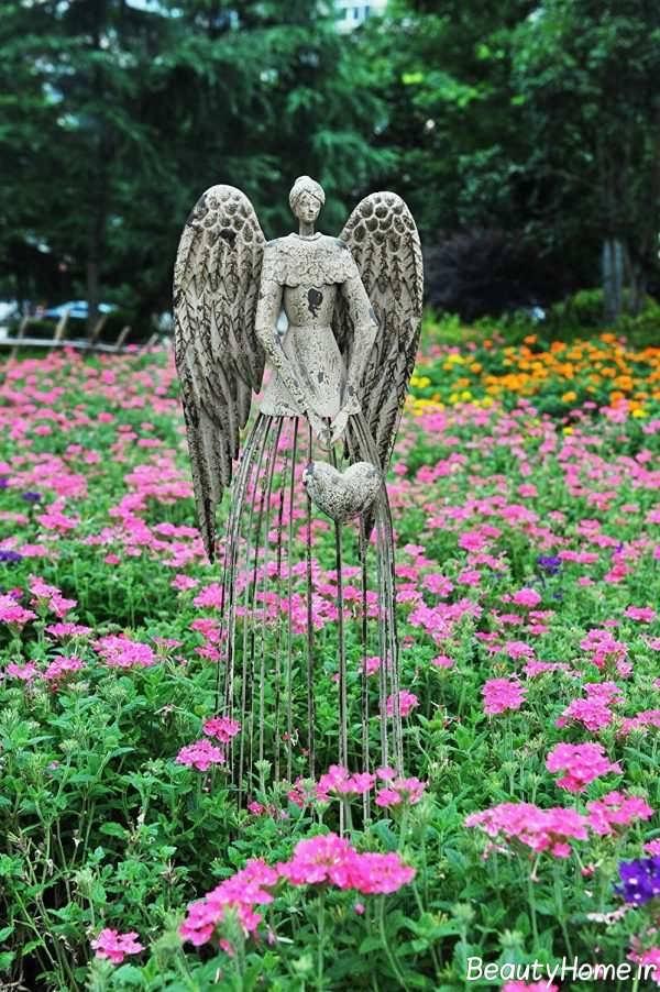 مجسمه فرشته در فضای باز