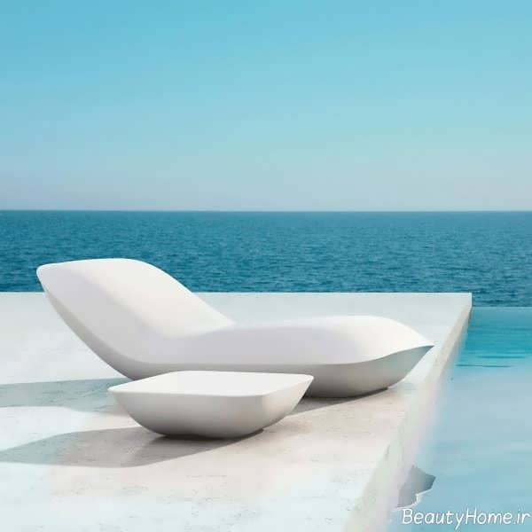 صندلی سفید مخصوص کنار استخر