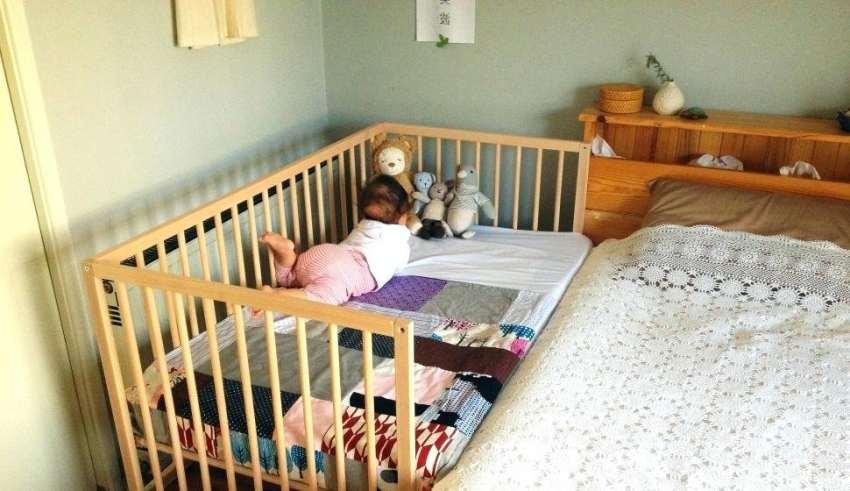 تخت نوزاد کنار مادر