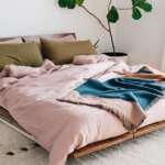 پتو و ملحفه صورتی برای تخت