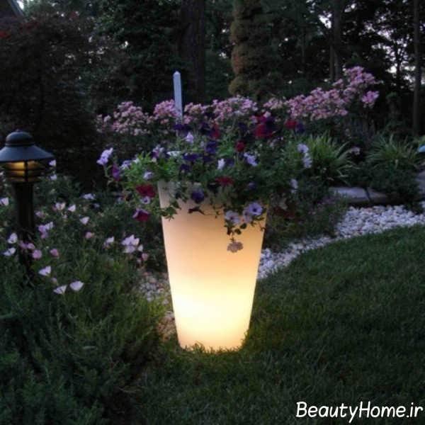 طراحی نورپردازی حیاط با گلدان های نوری