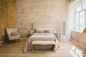 نقش دیوار آجری در طراحی داخلی اتاق خواب